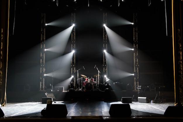 Concert de lumière, lumières colorées dans une scène de concert