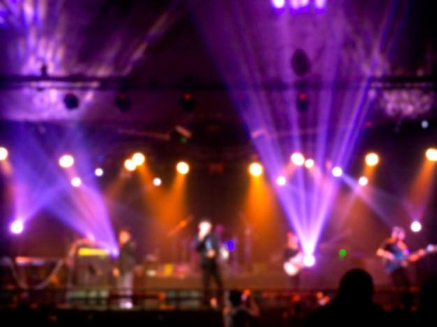 Concert de rock flou sur scène avec musicien