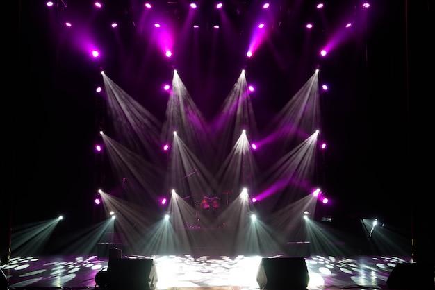 Concert spectacle de lumière, lumières colorées de la scène, spectacle de lumière au concert.
