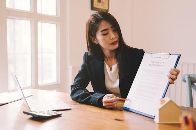 Concessionnaire assistant un client sur un bureau au bureau