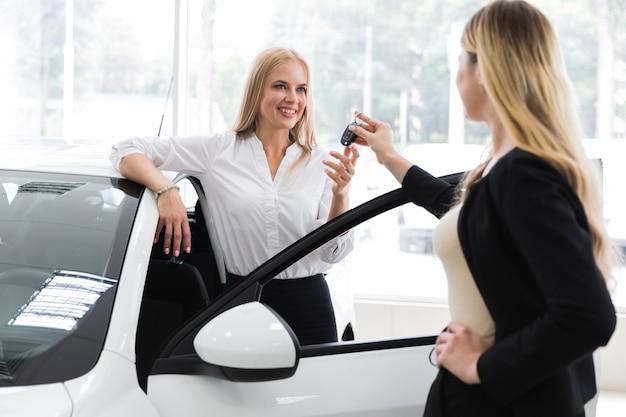 Concessionnaire remettant clé de voiture