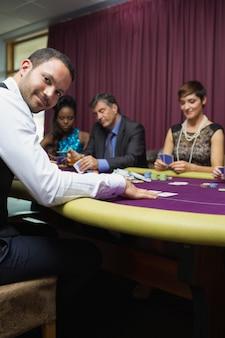 Concessionnaire souriant au jeu de poker