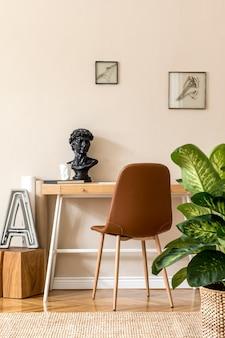 Concevez l'intérieur scandinave de l'espace de bureau à domicile avec des cadres photo simulés, un bureau en bois, une chaise marron, des fournitures de bureau et des accessoires personnels. home staging neutre et élégant. modèle.