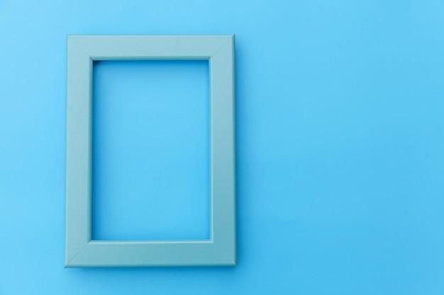 Concevez simplement avec un cadre bleu vide isolé sur fond coloré pastel bleu