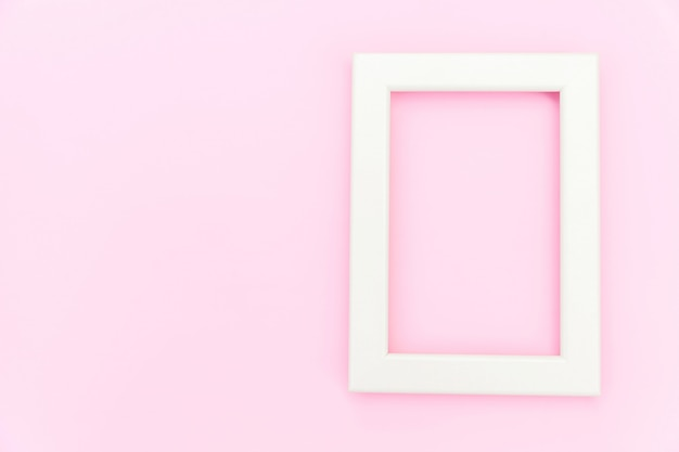 Concevez simplement avec un cadre rose vide isolé sur fond coloré pastel rose. vue de dessus, mise à plat, espace de copie, maquette. concept minimal.