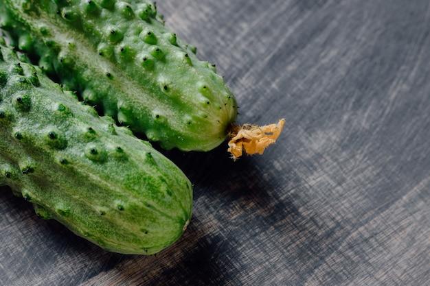 Concombre frais, avec espace en bois noir