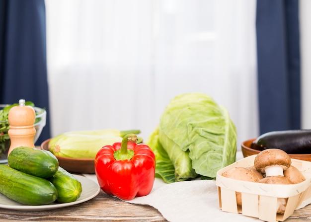 Concombre frais; poivron; champignon; chou sur le bureau