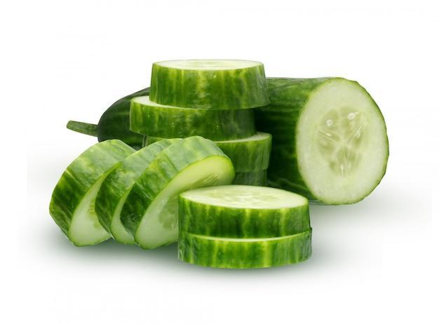 Concombre isolé sur fond blanc. la moitié du concombre et des tranches.