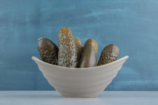 Concombre mariné dans le bol