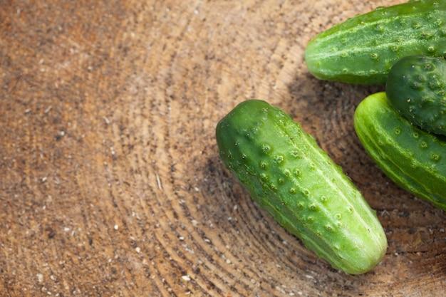 Concombre sur la surface texturée en bois nature, légumes frais, été dans le jardin.