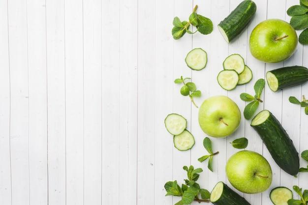 Concombre vert menthe pomme sur la table.