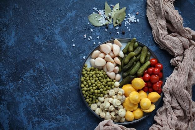 Concombres, ail, champignons, tomates, pois verts, patissons, champignons