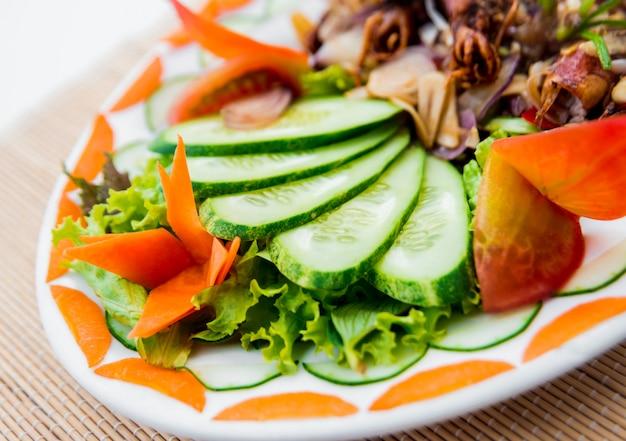 Concombres aux légumes sur une plaque blanche. restaurant.