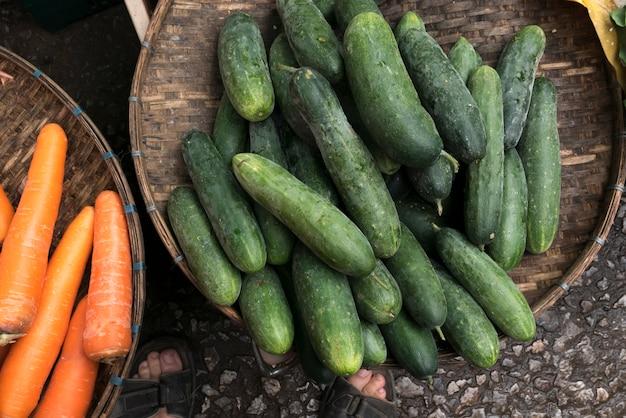 Concombres et carottes à vendre au marché, luang prabang, laos