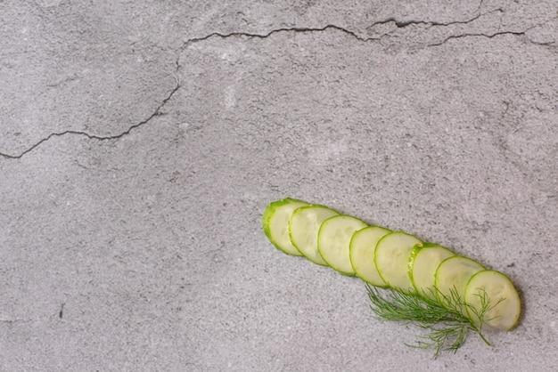 Concombres. composition de tranches de concombre, d'herbes fraîches à l'aneth et de poivre noir