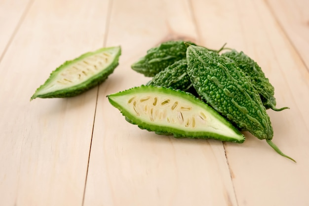 Concombres ou courges amères asiatiques vertes naturelles, vertes, à base de plantes