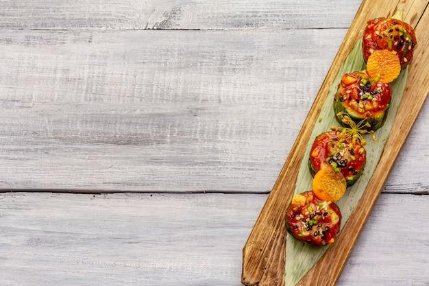 Concombres farcis à la coréenne. collation épicée kimchi kojori. légumes fermentés et marinés. fond en bois