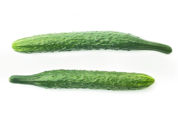 Concombres frais isolés sur blanc
