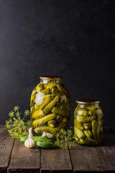 Concombres marinés dans le bocal ingrédients pour mariner les concombres concombres aneth ail pot en verre