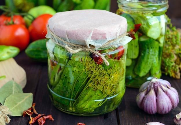 Concombres marinés dans des bocaux en verre. épices et légumes pour la préparation de cornichons.