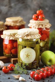 Concombres marinés faits maison avec des tranches de pomme