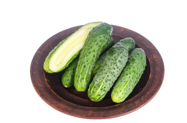 Concombres verts frais sur un bol en céramique