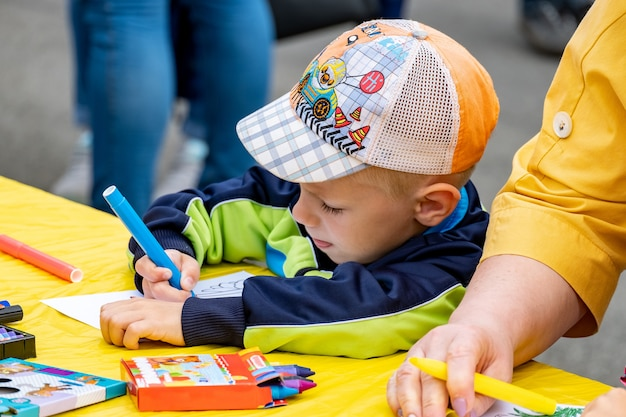 Concours, les enfants peignent au festival