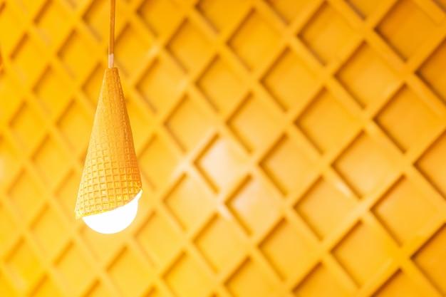 Conçu des lampes jaunes sur fond en bois. lumières blanches dans la chambre