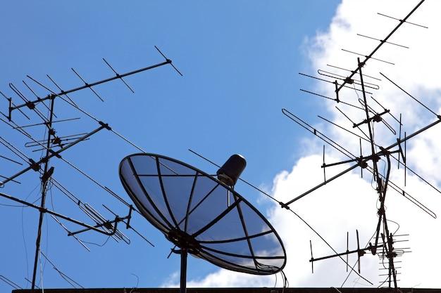 Concurrence de satellite et antenne sur ciel bleu