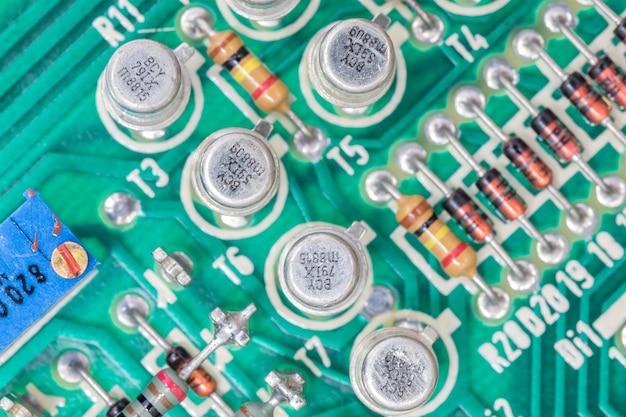 Condensateurs et résistance sur la carte de circuit imprimé