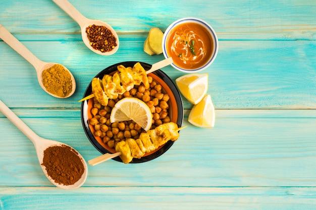 Condiments autour de la brochette de pois chiches et de poulet
