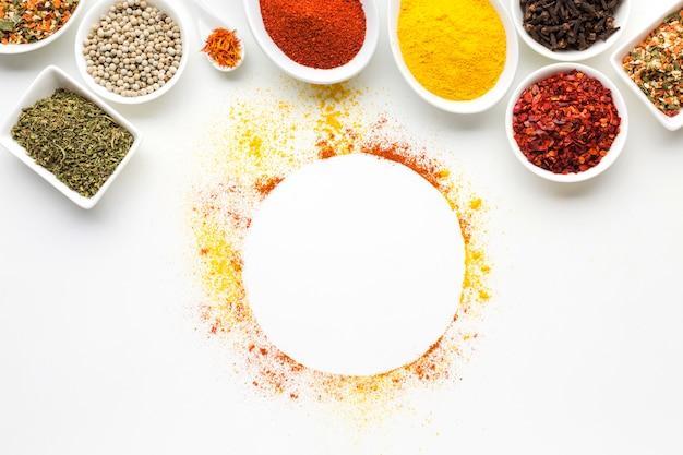 Condiments sur des cuillères et des bols sur la table