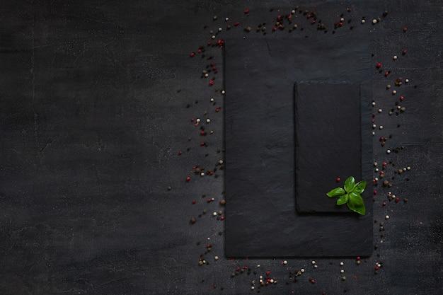 Condiments et épices sur panneau de pierre quadratique