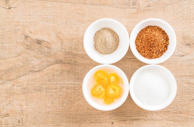 Condiments de nouilles (sucre, poudre de chili, poivre, vinaigre)