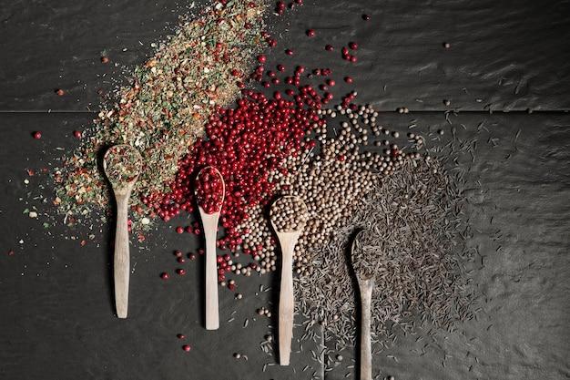 Condiments en poudre dans des cuillères