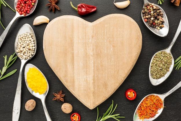 Condiments en poudre et planche de bois