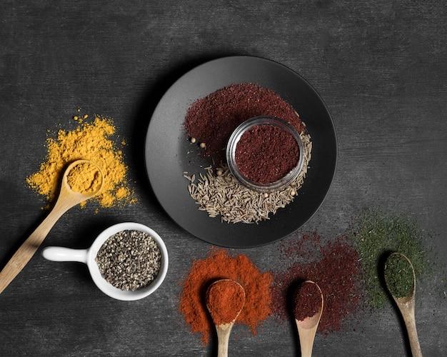 Condiments en poudre sur table