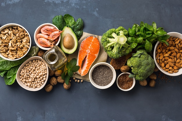 Conditionnement des aliments santé. sources alimentaires d'oméga 3 et oméga 6 sur la vue de dessus sombre.