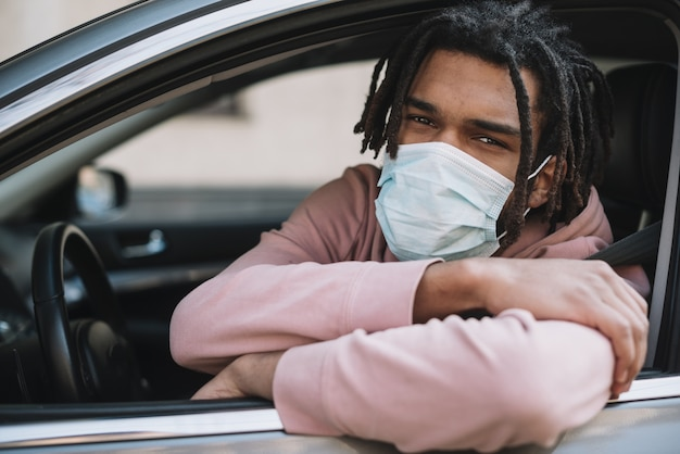 Conducteur afro-américain portant un masque médical