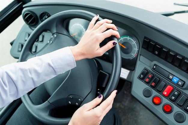 Conducteur de bus dans le cockpit au volant