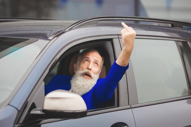 Conducteur en colère dans la voiture