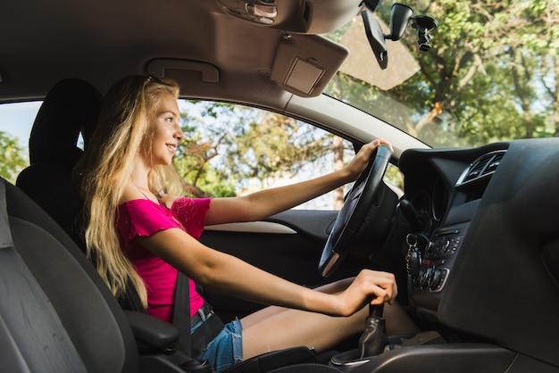 Conducteur à l'intérieur de la voiture