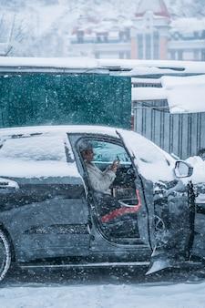 Conducteur de jolie femme assise derrière le volant dans sa voiture