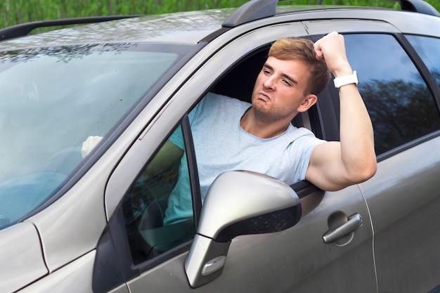 Conducteur masculin en colère au volant de la voiture