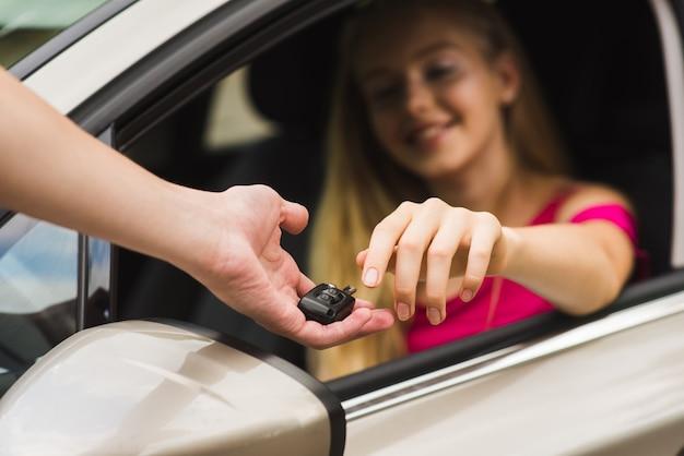 Le conducteur obtient la clé de la voiture