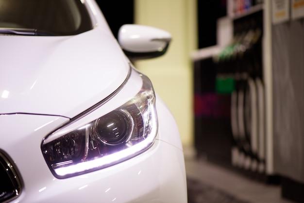 Le conducteur pompe l'essence de la voiture avec du carburant à la station-service. faire le plein de voiture dans une station-service.