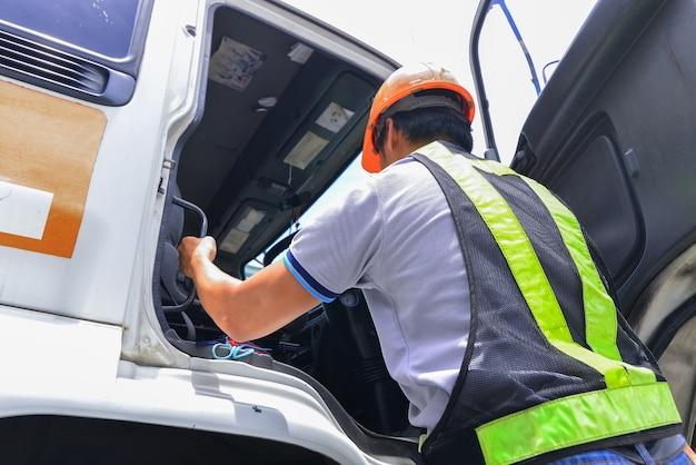 Le conducteur porte un équipement de sécurité et conduit le camion à la livraison