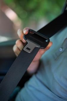 Conducteur tenant la ceinture de sécurité