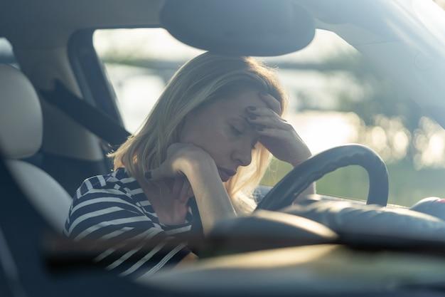 Une conductrice se sentant douteuse et confuse au sujet d'une décision difficile souffrant d'une crise d'épuisement professionnel