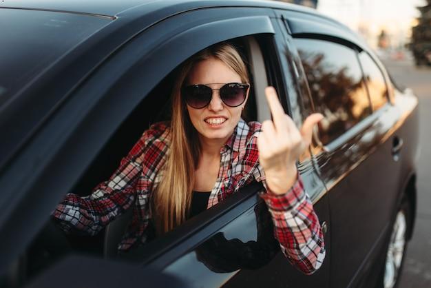 Une conductrice de voiture montre un geste obscène